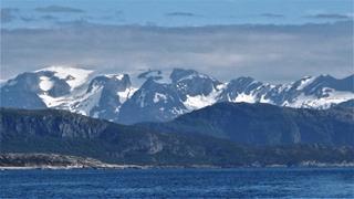 Witte sneeuw op de bergen