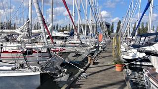 Margreteholm, een haven met meer dan 500 ligplaatsen. Er zijn 9 van dergelijke steigers!