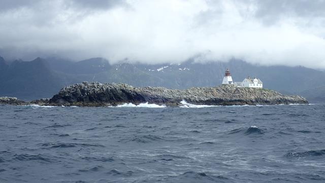 Het eiland Moholman halverwege tussen Henningsvaer en Skrova